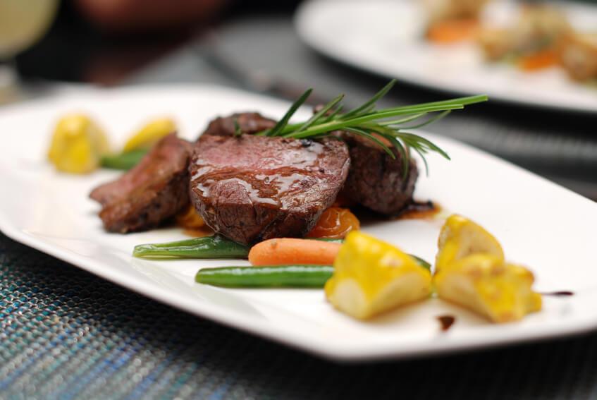 Valentinstag Essen gehen romantisch Zeit zu Zweit Hotelangebot Restaurant